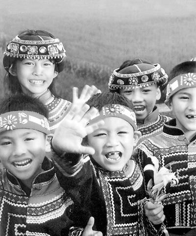 台湾高山族儿童欢迎大陆游客到访