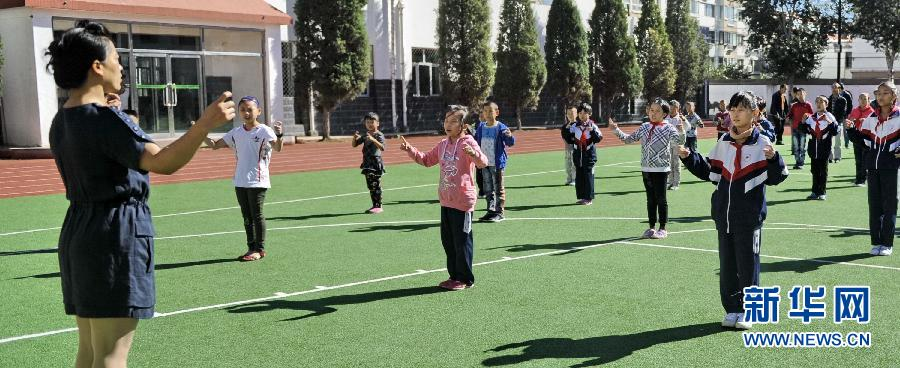 9月3日,内蒙古包头市特殊教育学校的聋哑学生在举行开学升旗仪式.
