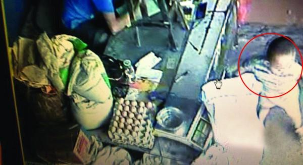 录像 被绑架/监控录像显示,被绑架前一个多小时,小孩还在店堂里玩耍。