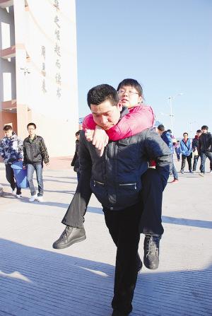 父亲背高位截瘫女儿上学 如愿考上大学举家随迁