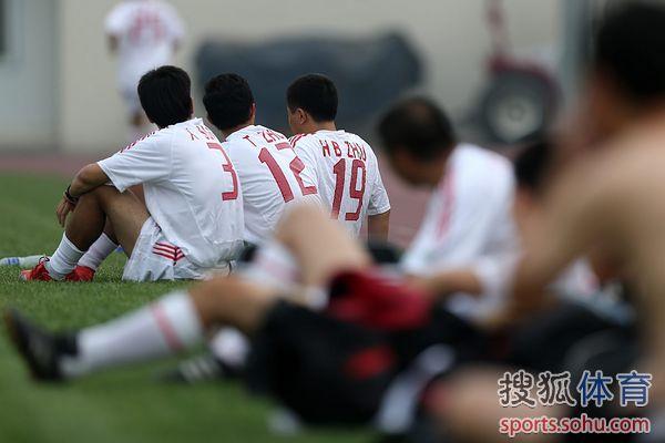 图文:记者联队VS中国足协 场边观战