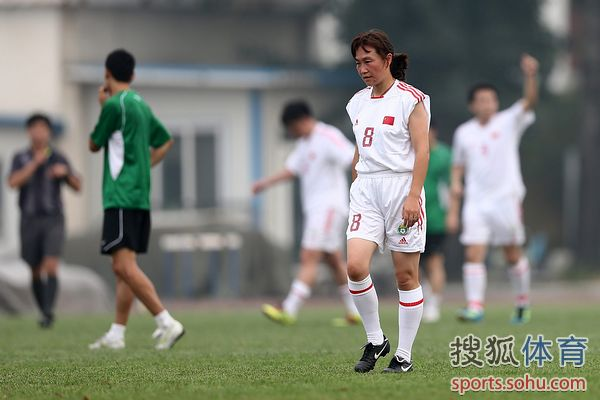 图文:记者联队VS中国足协 女足也上场
