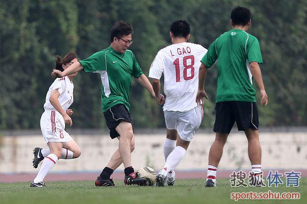 图文:记者联队VS中国足协 对抗激烈