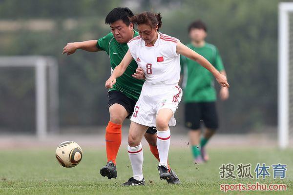 图文:记者联队VS中国足协 男女PK