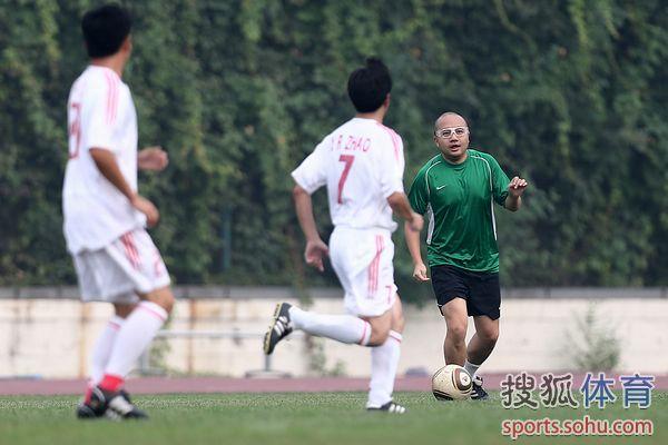 图文:记者联队VS中国足协 赵震寻找队友