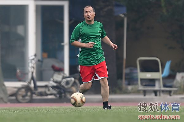 图文:记者联队VS中国足协 马德兴带球