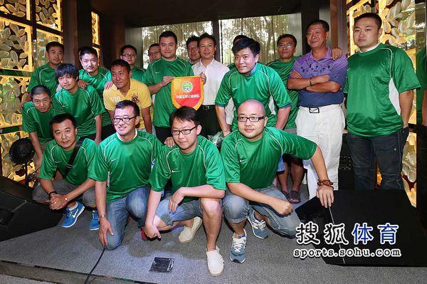 图文:足球记者联队成立 体育记者足球队合影