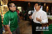 图文:足球记者联队成立 林晓华与搜狐体育张艺