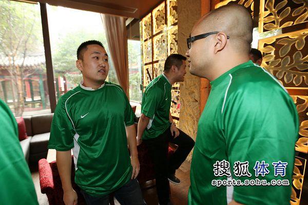 图文:足球记者联队成立 记者相互交流