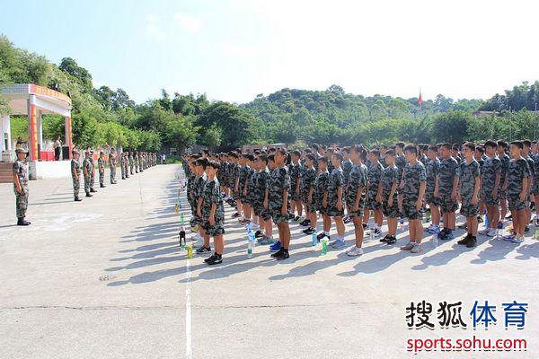 9月3日,备受关注的恒大皇马足球学校正式开学,同日,恒大皇马足球学校军训开营典礼在广州市海珠区国防教育学生训练基地隆重举行