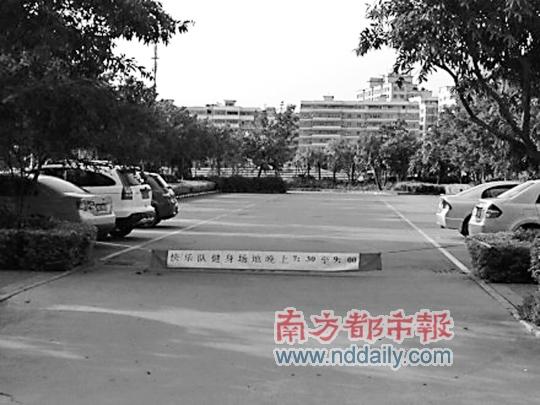"""陈岩/傍晚,斗门体育馆西侧一个公共停车场会成为""""快乐队健身场地""""..."""