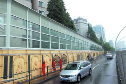 为和周边小区环境相融,施工单位将围墙和防噪屏设计成欧式风格.