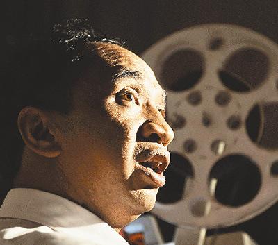 马恭志用他的老式电影机放电影。 新华社记者 赵众志摄