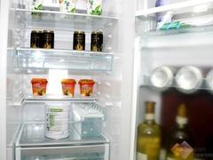 海尔BCD-628WACZ的内部结构有很多的创新之处,冷冻室内具有灵动的冷冻盒,冷藏室内则安排了小型的存储盒,辅助使用者存储一些体积较小的食物。