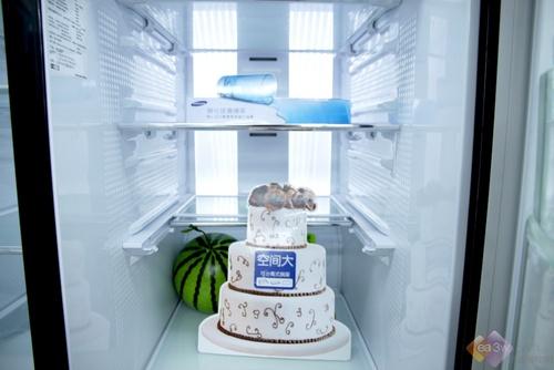 这款冰箱的一天耗电量大约在1.19度左右,达到了国家一级节能标准。另外冷藏室的容积为424L,冷冻室容积为277L。