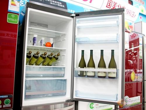 """将冷藏室的门打开后,您就会感受到这款冰箱带给您的""""非凡""""感受,超大的冷藏空间本身就是一个卖点,创意的酒架将会使得您的生活更具情调。"""