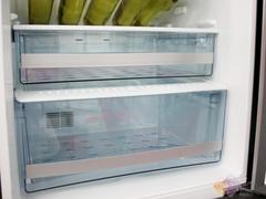 技术上采用了直流全变频技术,可根据冰箱内外温度以及存储食物多少自动调节运转状态,更加高效节能。无霜风冷技术,自动除霜,冷量分布更均匀,冰箱各角落温度波动变小。