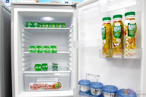 模拟太阳光,按植物生长规律进行光合作用,对果蔬起到保鲜作用,并增加果蔬的VC含量。模仿自然光照效果,使放在冰箱里的果蔬保持长久新鲜,且营养不被流失。
