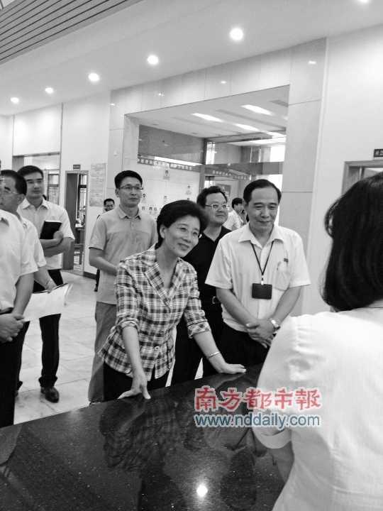 """党代表视察工作_""""党代表工作室发扬了直接民主""""(图)-搜狐滚动"""
