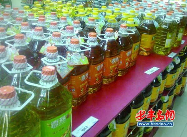 超市里摆放的各种食用油.图片