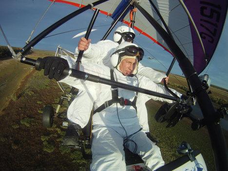普京亲自驾驶滑翔机。