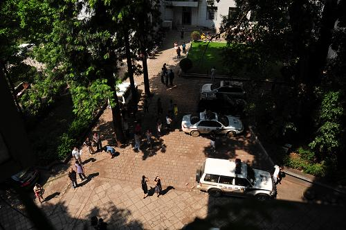 9月7日,云南省昭通市彝良县委政府大院工作人员被疏散到空地。 新华社发(彭洪 摄)
