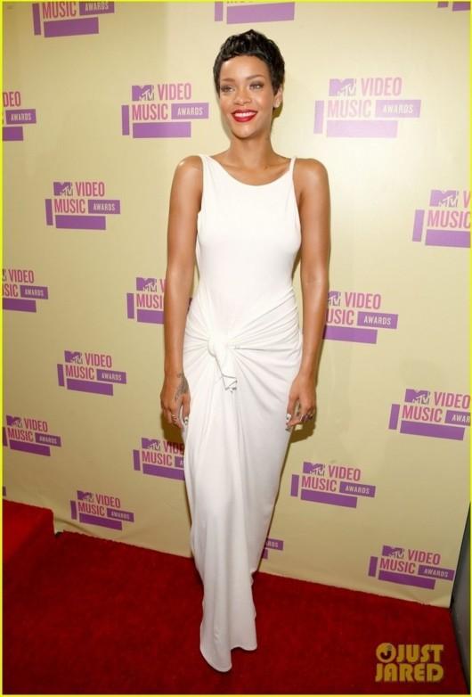 短发 哈娜/洛杉矶当地时间本周四(9月6日),蕾哈娜以短发造型现身2012...