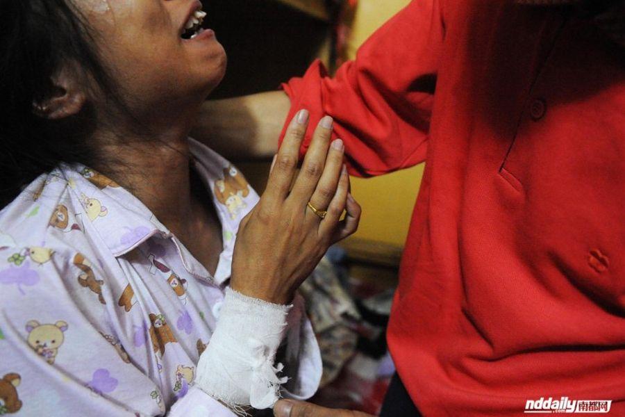 深圳/妻子手腕上自杀的伤口被纱布包着,无名指上的婚戒十分刺眼。