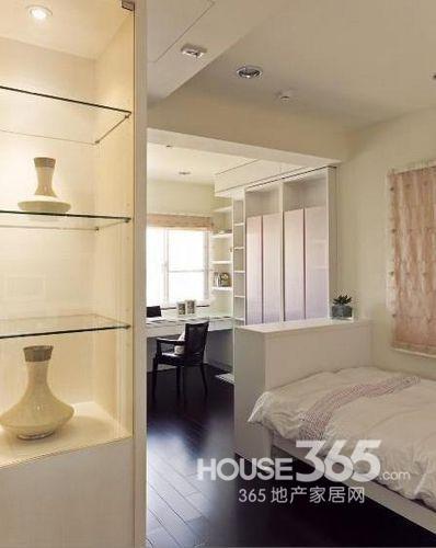简单小卧室装修效果图:狭长的小户型,深色地面和白色家具形成对比