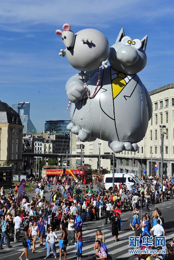 卡通 布鲁塞尔/9月8日,在比利时首都布鲁塞尔,人们观看卡通人物气球游行。
