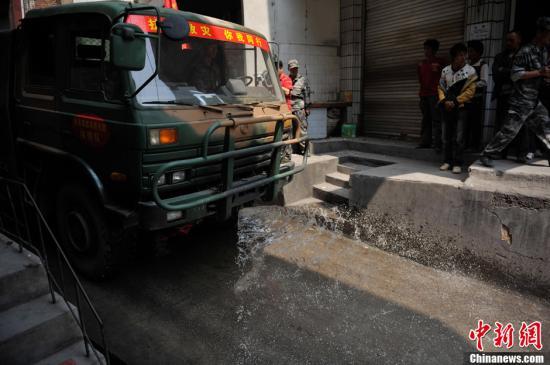 云南彝良地震遇难者增至81人 矿泉水方便面紧缺