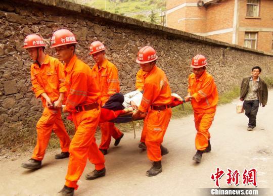 救援队在搜寻遇难者遗体。什邡宣摄