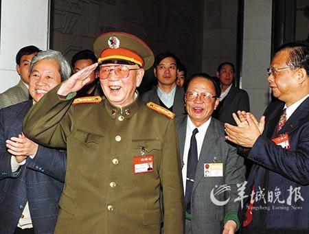 资料图:1996年3月15日,刘华清到全国人大广东团参加分组讨论,向代表们敬礼致意。