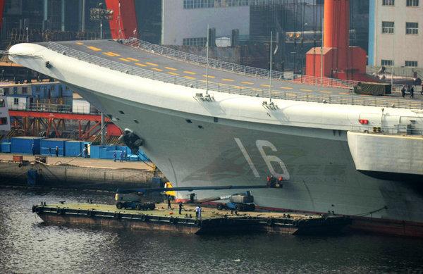 资料图:按照海军船舶服役规律,新型军舰涂装舷号,是即将加入海军行列的重要标志。图为瓦良格的舷号16号。