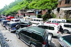 山路上车辆拥堵,导致救灾物资送抵灾区困难重重。