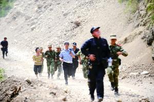 落石不断,救援人员紧急撤离。