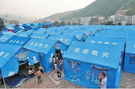 彝良县城广场安置点,灾民住进帐篷。