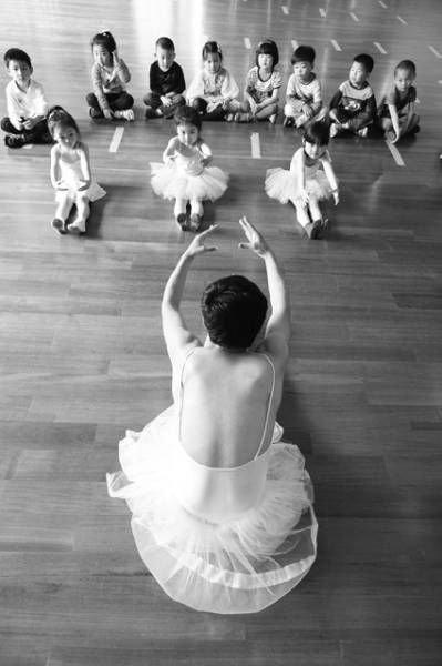 赵龙/赵龙穿着舞裙,在一群小女孩面前翩翩起舞教授她们跳舞。