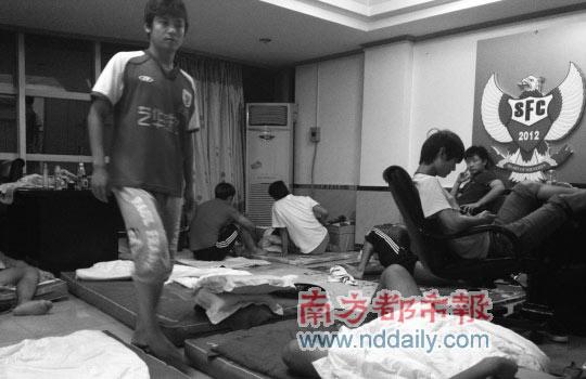最近两天,球员只能集体在驻地唯一通电的会议室里打地铺过夜。图片来源:球员微博
