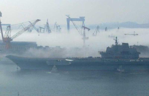 中国航母平台雾霭中返回大连港。