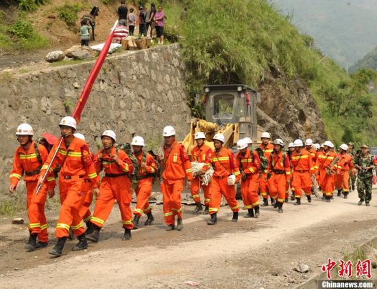 进入黄金救援期最后时刻 云南消防网格化搜救