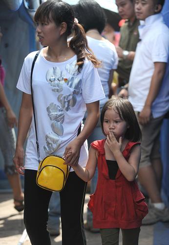 9月10日,一位家长带着孩子来到安置点临时帐篷幼儿园上课。新华社记者 秦晴 摄