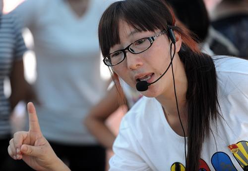9月10日,老师王梅在安置点临时帐篷幼儿园带着孩子做游戏。新华社记者 秦晴 摄