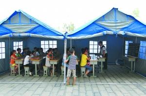 帐篷小学开课,孩子们都来了。本报特派记者 甘南摄 J216