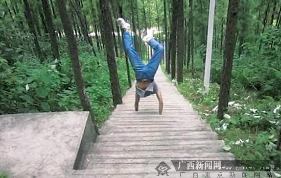 陈绍运/陈绍运双手倒立下台阶。