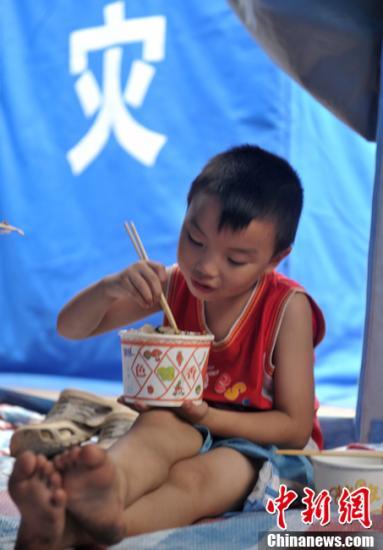 9月10日,云南彝良地震灾区最大的灾区民众安置点内不时传出孩子的笑声,快乐、开心的孩子们让遭受地震伤痛的父母脸上露出了久违的笑容。中新社发 刘忠俊 摄