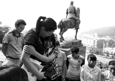 昨日,彝良县实验中学临时教室外,初三年级的顾木应同学跑上前给老师一个拥抱。