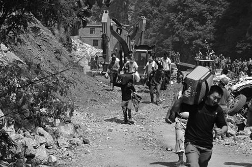 彝良县洛泽河镇生命线再次抢通,9月10日,当地群众从刚抢通的道路上跑过新华社发