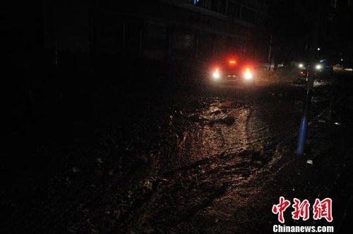 图为冲到彝良县城车站街上的泥石流。刘冉阳摄