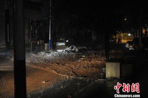 图为冲到彝良县城车站街上的泥石流,将道路阻断。刘冉阳摄